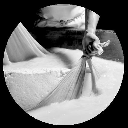 Fabrication du fromage, récupération du caillé dans une cuve en cuivre, un savoir-faire artisanal